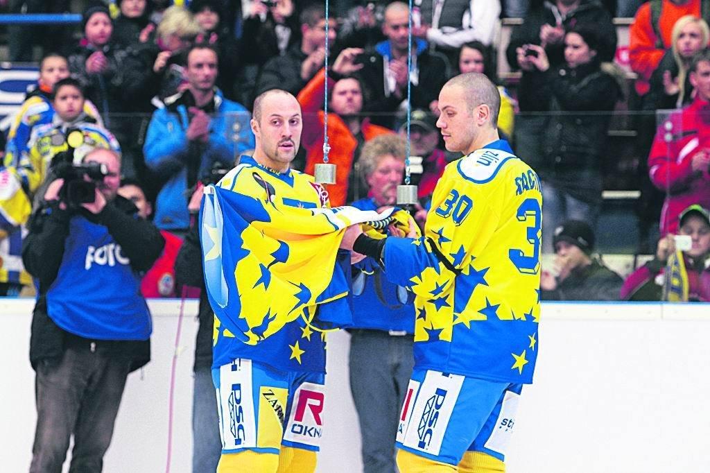 Ivan (vlevo) a Tomáš vyprovázejí bráškův dres s číslem 4 ke stropu haly.