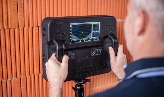 Malý přenosný radar vidící přes zeď, který vyvinula pardubická společnost Retia, člen skupiny CSG a její divize CSG Aerospace, našel své uplatnění v USA.