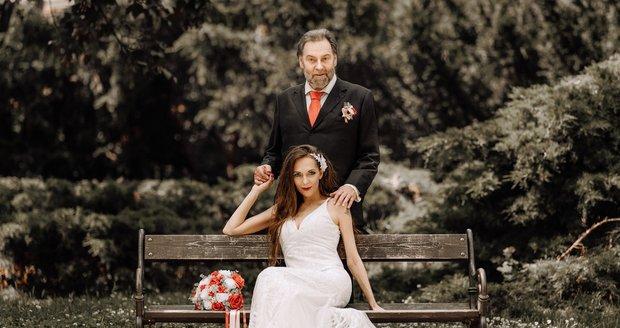 Radek John se oženil s milenkou Markétou Zámyslickou.