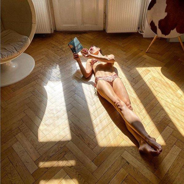 Radka Třeštíková je velmi štíhlá, což jí mnohé ženy bezesporu závidí. Takhle se opalovala přes okno v době karantény.