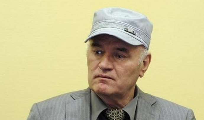 Ratko Mladić si opět odmítal sundat čepici.