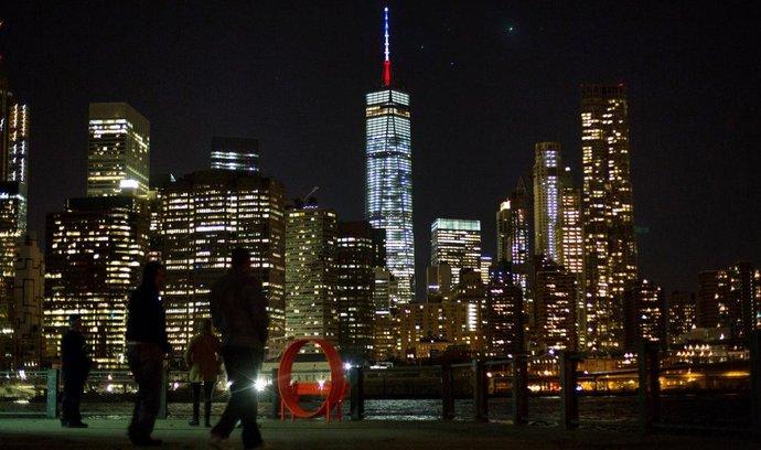 Reakce na pařížské útoky: New York osvítil modře, bíle a červeně nejvyšší budovu Spojených států One World Trade Center