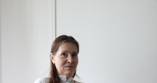 Renata bydlí v domě s pečovatelskou službou. Aby mohla být samostatnější, potřebuje nákladné rehabilitace. Finance na ně shání pomocí sbírky