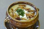 POTŘEBUJETE: 2 větší brambory 300 g čerstvých hub 150 g kořenové zeleniny 40 g sádla 30 g hladké mouky 1 cibuli 2 stroužky česneku kmín sůl pepř majoránku bochníkový chleba