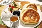 POTŘEBUJETE: 250 g hladké mouky 20 g droždí 250 ml mléka 2 vejce 20 g másla 2 jablka moučkový cukr na poprášení sůl olej