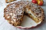 POTŘEBUJETE: 300 g špaldové celozrnné mouky Pernerka 200 g mletých oříšků (vlašské, mandle …) 1prášek do pečiva 100 g cukru 250 g hery máslové Na náplň: 3 jablka 4 bílky 100 g cukru