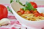 POTŘEBUJETE: 300 g těstovin olivový olej 1 cibuli 2 jablka 1 plechovku sterilovaných rajčat cukr 1 lžičku tymiánu sůl pepř bazalku parmazán