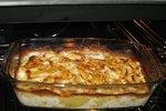 POTŘEBUJETE: 300 g brambor 2 lžíce másla 2 cibule 2 stroužky česneku 125 ml smetany ke šlehání 1 jablko 200 g sýru smodrou plísní sůl pepř