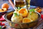 POTŘEBUJETE: 700g uvařených brambor 250g polohrubé mouky 1 vejce sůl Na náplň a posyp: 12 meruněk 150g másla 50g marcipánu 60g strouhanky moučkový cukr