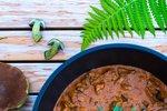 POTŘEBUJETE: 100 g špeku 2 velké cibule 600 g hovězího masa (kýta nebo krk) 4 stroužky česneku 1 malýrajčatový protlak 1 lžíci mleté sladké papriky 1 lžičku tymiánu nebo provensálských bylinek drcený kmín 100 ml červeného vína 3 hrnky lesních hub 1 smetanu ke šlehání nebo zakysanou sůl mletý pepř