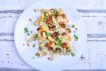 POTŘEBUJETE: 2 lžíce oleje 1 cibuli 250 g hříbků nebo žampiónů 200 g anglické slaniny 300 g nastrouhané nivy 250 g těstovin kmín sůl mletý pepř 2 vejce 1 smetanu na vaření