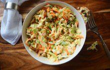 POTŘEBUJETE: 1 menší hlávku bílého zelí 1 velkou mrkev ¼ bulvy celeru 1 cibuli 1 lžíci soli Na zálivku: 1 lžičku octa 2 lžíce cukru krupice 200 g majonézy 100 ml smetany ke šlehání mletý pepř