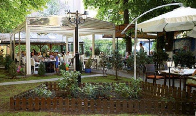 Řecká taverna na Žižkově začínala se 13 stoly, nyní jich má přes stovku