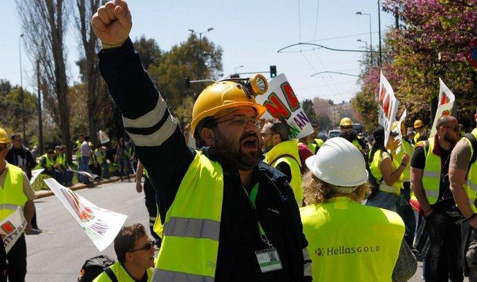 Řecká vláda hrozí v rámci úspor také zastavením projektu těžby zlata. 16. dubna 2015 proti němu protestovali horníci v Aténách