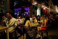Do baru či kina jen očkovaní. Řekové chystají novinku, povinně na vakcínu půjdou zdravotníci