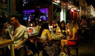 Více než sedmina lidí v noci podle hygieniků porušovala protiepidemická opatření v barech