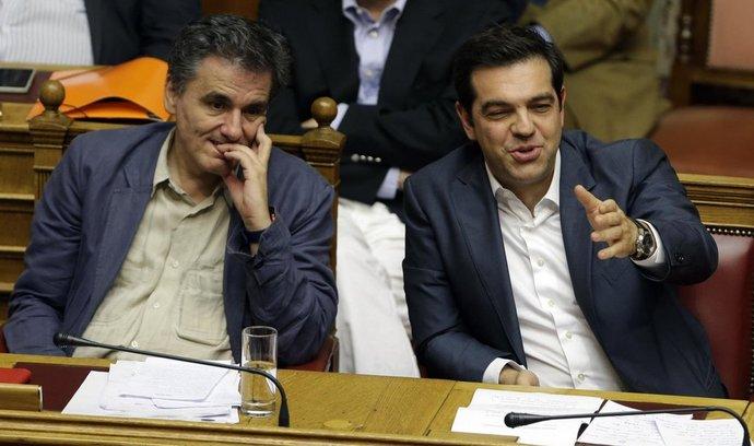 řecký ministr financí Euclid Tsakalotos (vlevo) a premiér Alexis Tsipras