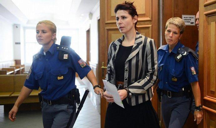 Ředitelka kladenské nemocnice Kateřina Pancová je přiváděna k Okresnímu soudu Praha-východ v Praze, který 5. září rozhodoval o jejím propuštění z vazby. Pancová je obviněná v kauze poslance a bývalého hejtmana Davida Ratha.