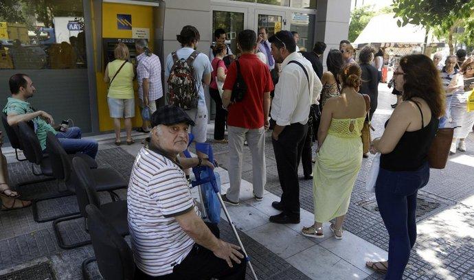 Řekové stojí ve frontě na bankomat