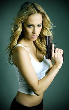 Nebezpečně sexy! Právě taková je Renata Langmannová na fotkách propagujících české zbraně.