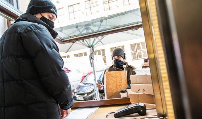 Ministerstvo nemůže uzavřít vnitřní prostory restauraci, rozhodl Nejvyšší správní soud.