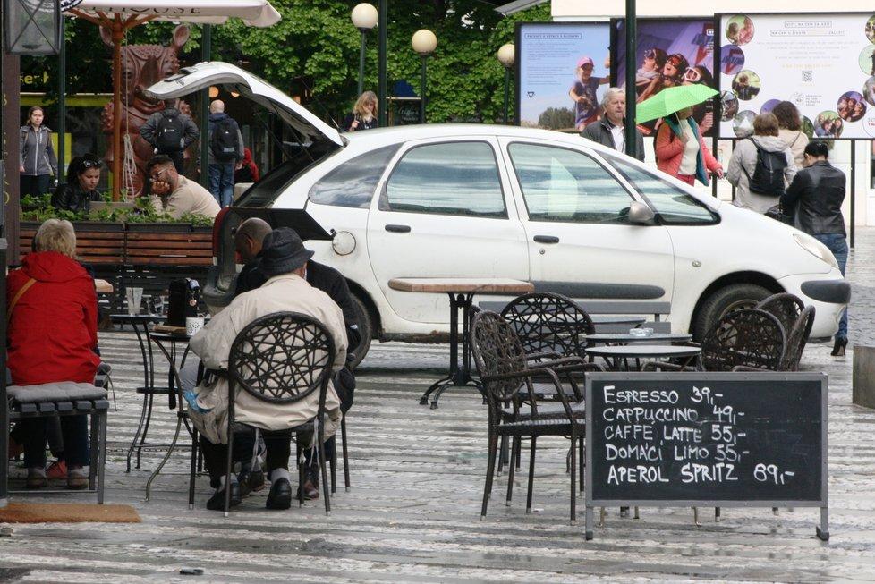 Zahrádky v Praze v první den otevření po dlouhé pauze (17. května 2021)