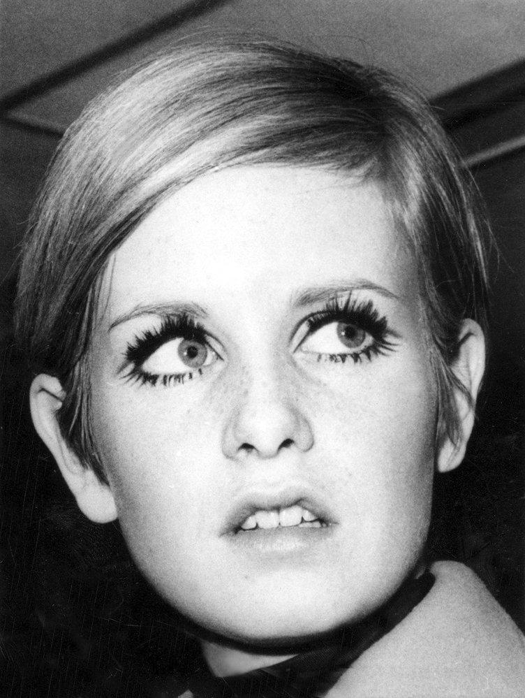 1960 - výrazné oční linky a silně nalíčené řasy