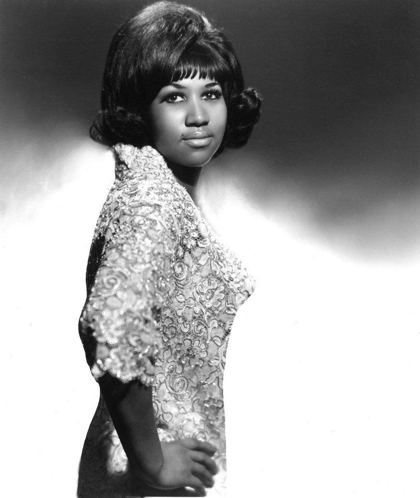 1965 - vysoko vytupírované vlasy a konečky vytočené směrem ven
