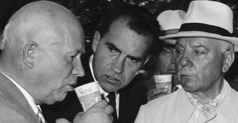 Sovětský prezident Nikita Chruščov ochutnává Pepsi, zatímco ho pozoruje jeho americký protějšek Richard Nixon