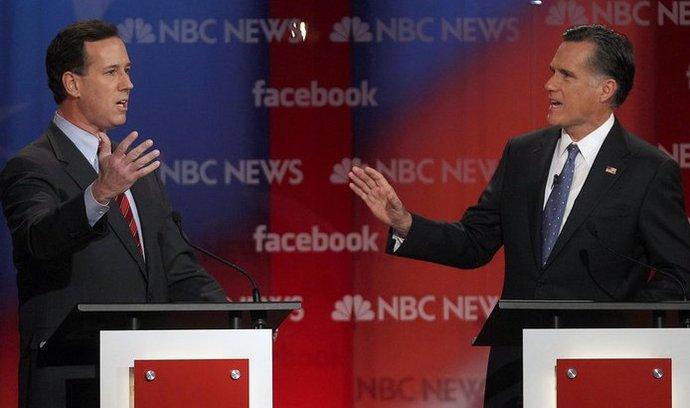 Rick Santorum (vlevo) a Mitt Romney