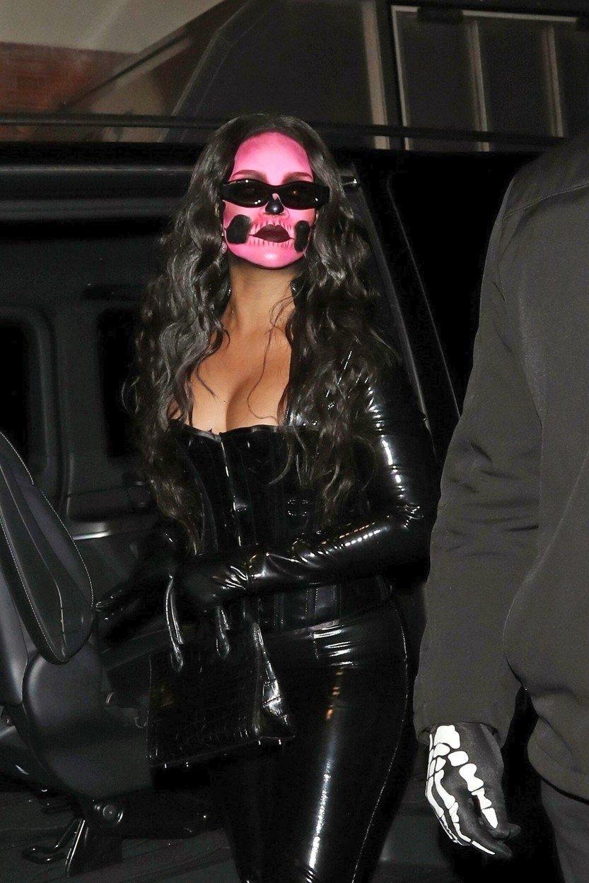 Rihanna si nechala pomalovat jen obličej. Byla za sexy lebku.