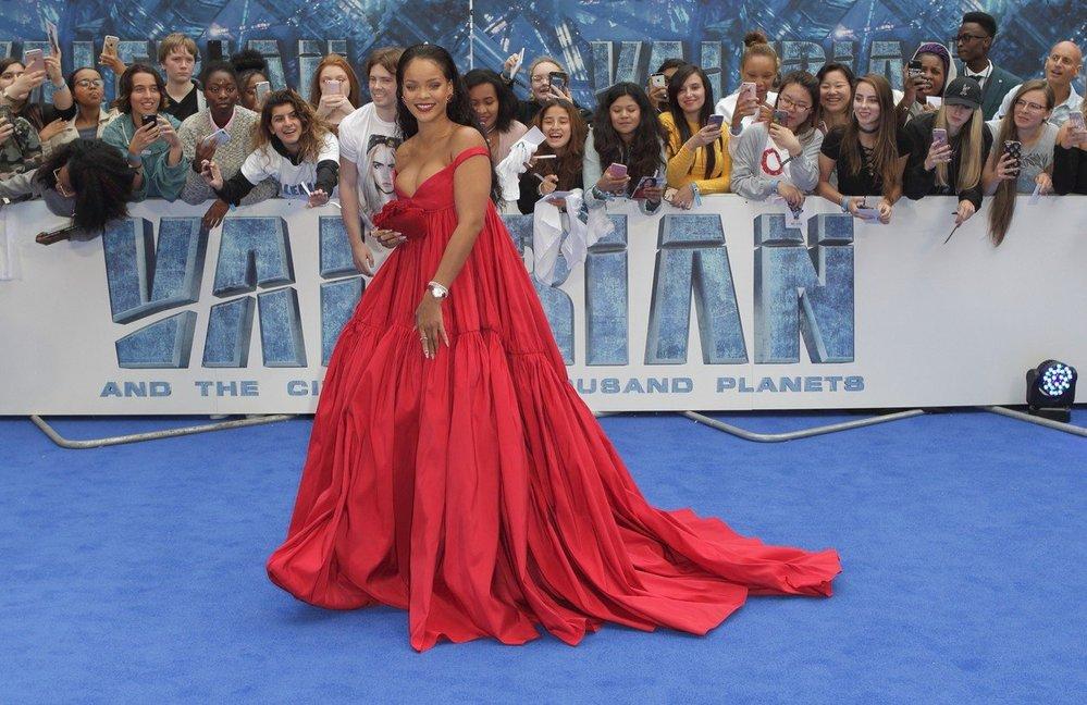Rihanna v šatech Giambattista Valli na premiéře filmu Valerian (2017)