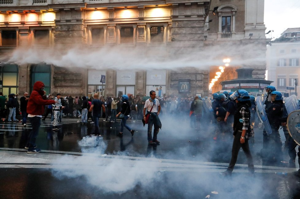 Protest proti koronavirovým zeleným pasům v Římě (9. 10. 2021)