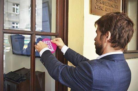 Ministr Robert Pelikán s nálepkou Hate Free zóny na dveřích budovy ministerstva