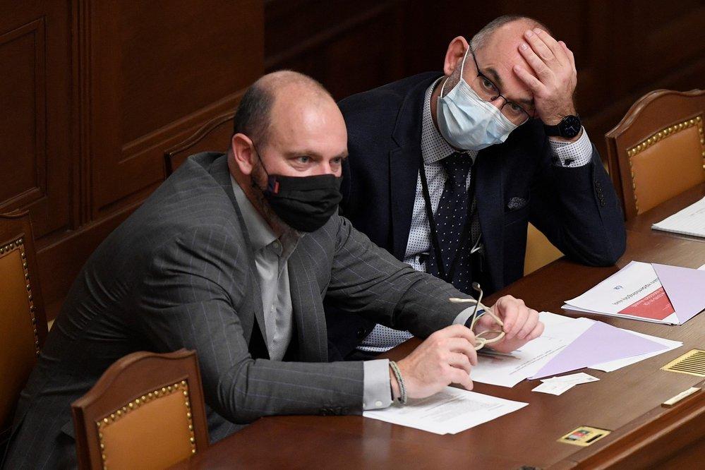 Schůze Poslanecké sněmovny, 30. října 2020 v Praze. Na snímku jsou ministr školství Robert Plaga (vlevo) a ministr zdravotnictví Jan Blatný.