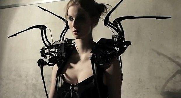 Psycho šaty z pavoukových robotů