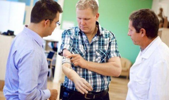 robotická ruka, která je napevno voperována a připojena k pacientovu tělu