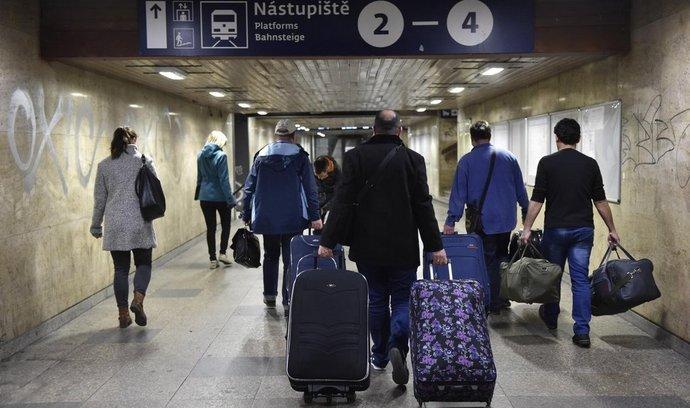Rodina Iráčanů, která se chce vrátit do vlasti, odcestovala 7. dubna brzy ráno vlakem z Brna do Prahy na letiště. Přes Istanbul by měla odletět do Iráku. Důvodem návratu je stesk prarodičů po rodné zemi. Zbylých 16 Iráčanů, kteří našli zázemí v Brně, chce ve městě zůstat. ČR přijala bezmála 90 křesťanských uprchlíků,