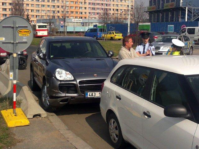 Janoušek vysvětluje policistům, jak ke střetu došlo. Samozřejmě po svém.