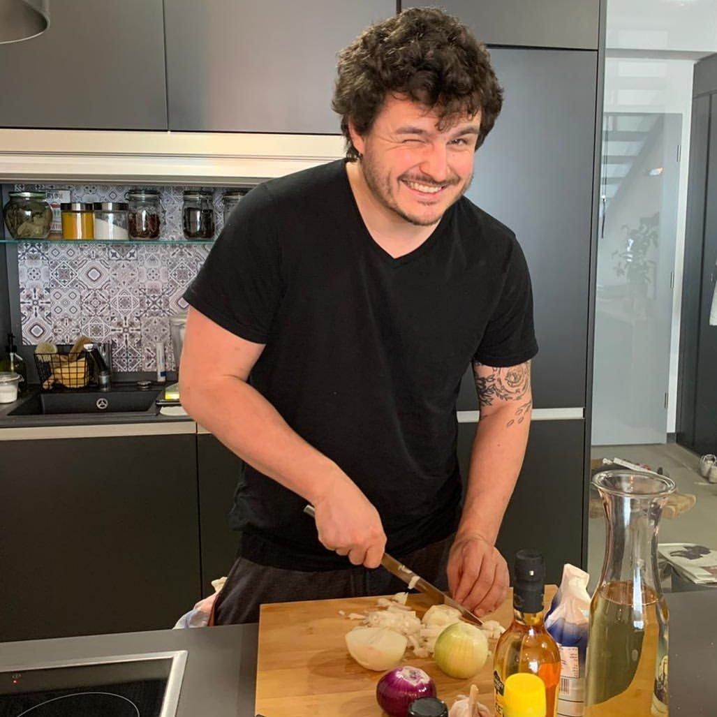 Roman je v kuchyni jako ryba ve vodě. A jakou má krásnou!