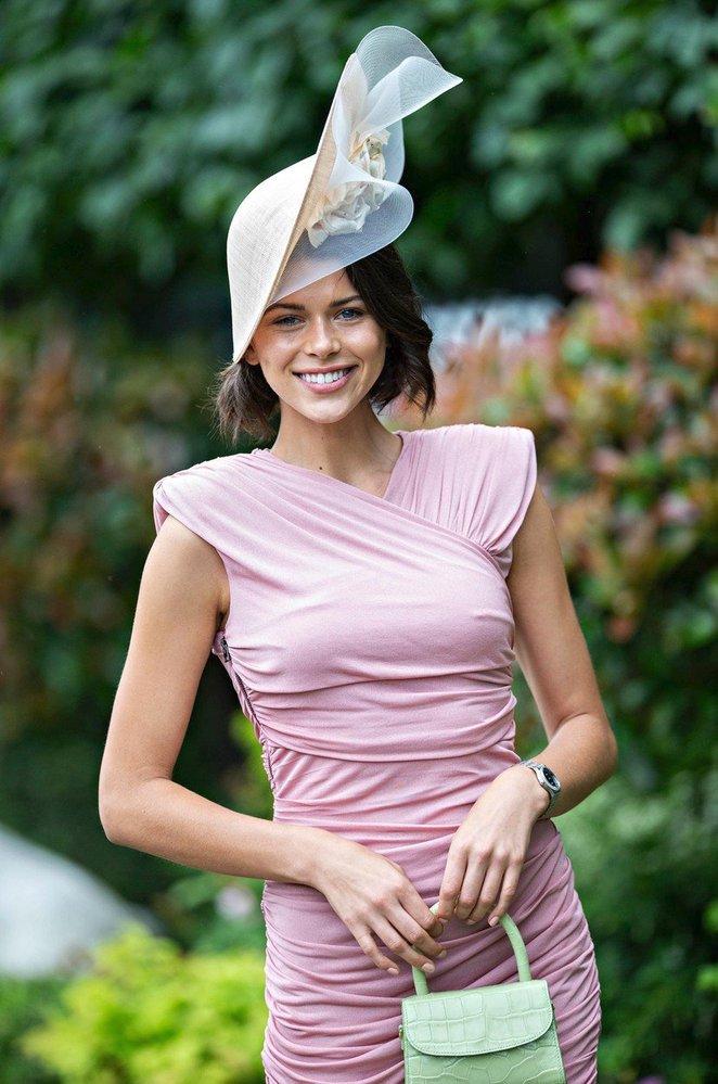 Modelka Georgia Fowler reprezentovala na dostizích hodinky Longines, velkou reklamu ale udělala i kabelce By Far
