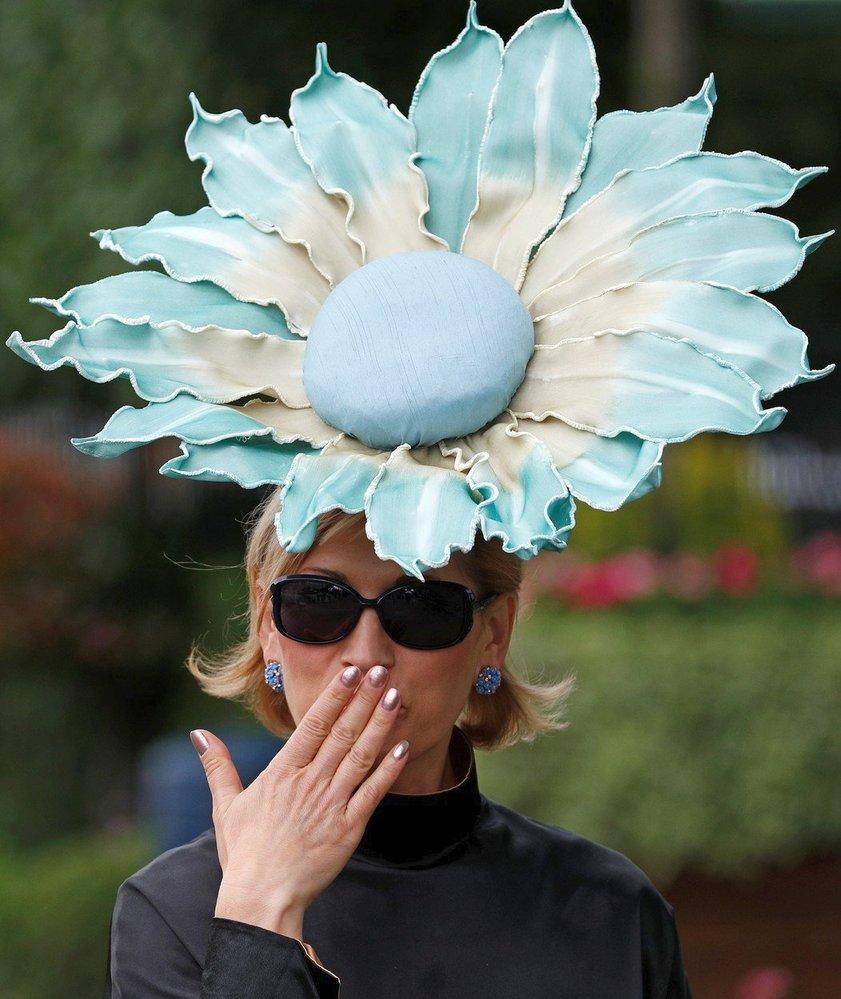 Hitem byly zvláště klobouky ve tvaru květů