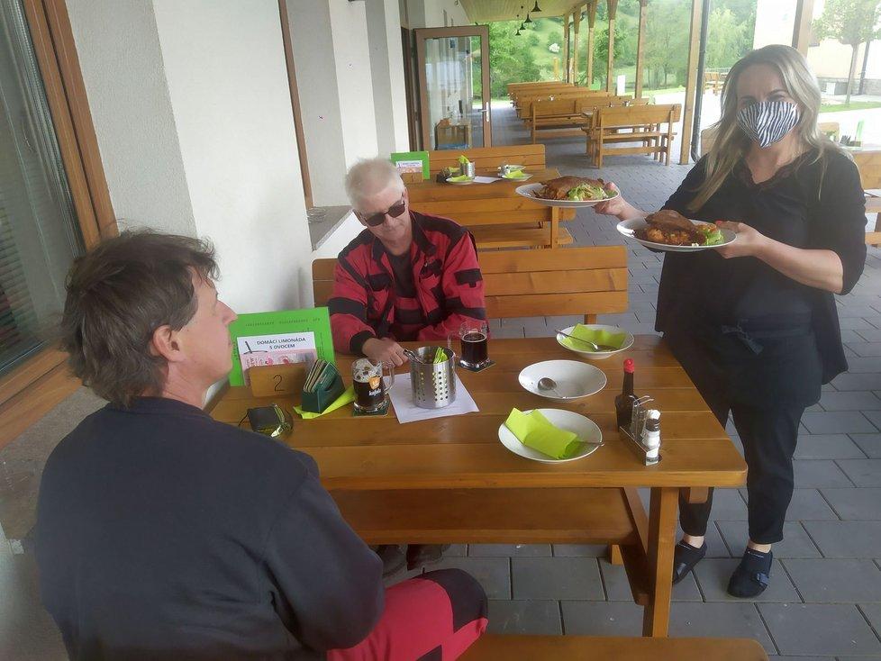 První hosté v pondělí před polednem v restauraci Na Zeleném statku.