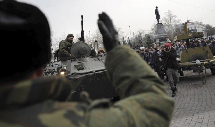 """Ruská armáda v Sevastopolu. Ruský ministr obrany Sergej Šojgu  řekl, že prověrka bojeschopnosti jednotek na Baltu se """"vstupem vojsk"""" na Krym nijak nesouvisí."""
