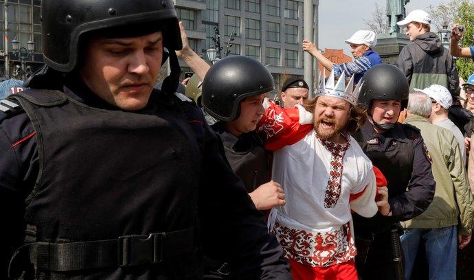 Ruští policisté zadržují jednoho z účastníků Navalného demonstrace v Moskvě (5.5.2018)