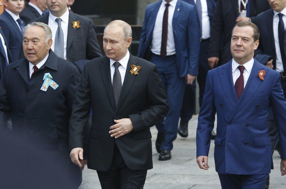Ruský prezident Vladimir Putin (uprostřed) na oslavách konce druhé světové války v Moskvě. Vpravo premiér Dmitrij Medvědev a vlevo kazachstánský exprezident Nursultan Nazarbajev  (9.5 2019)