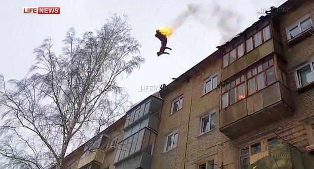 Šílený idiot z Ruska se zapálí a skočí z pětipatrového baráku