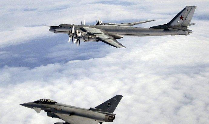 Ruský bombardér Il-95 sledován britskou stíhačkou Eurofighter Typhoon
