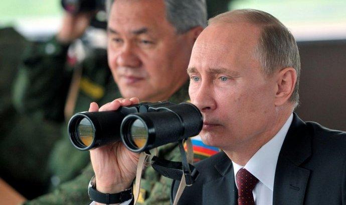 Ruský prezident Vladimir Putin (za ním ministr obrany Sergej Šojgu)