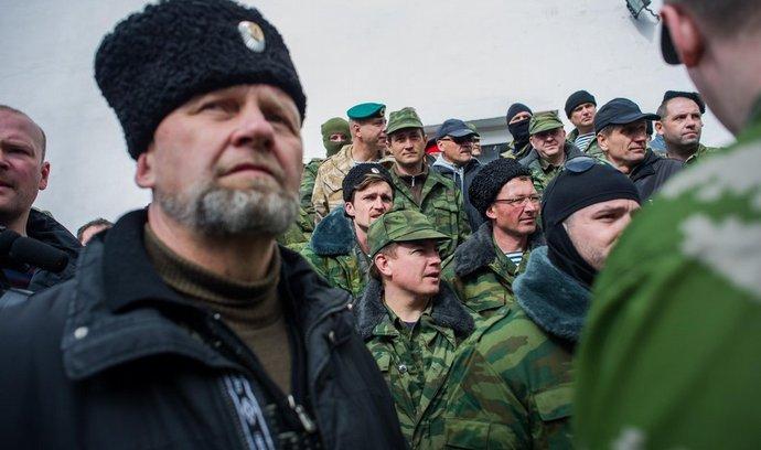 Ruští ozbrojenci obsazují ukrajinské základny